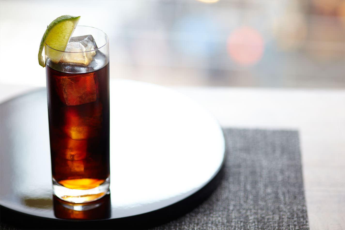 Destilado com Coca. Reprodução: Smirnoff